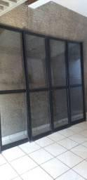 Porta de correr e janela em alumínio preto e vidros fumê