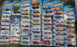 56 miniaturas Hot Wheels variadas todas lacradas novas
