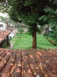 Em Ondina, alugo casa duplex com 350 m² de área construída em terreno de 1.000 m². O imóve