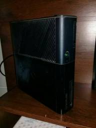 Xbox 360 super slim com uma manete
