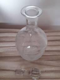 garrafa antiga de vidro trabalhado