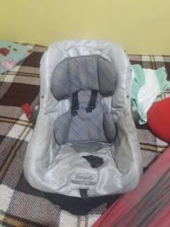 Dois bebê conforto e uma cadeirinha de bicicleta