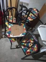 22 cadeiras de ferro e 5 mesas de mármore