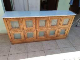 Balcão aparador com portinhas e tampa de mármore