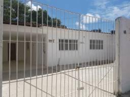 Amplos imóveis com jardim e garagem para locação em Cajueiro Seco