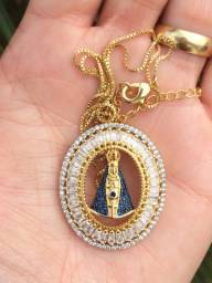 Belíssimo colar com medalha de nossa senhora aparecida, banhado a ouro 18 k com zircônia