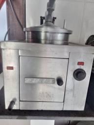 Maquina de frango no balde.