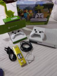 Xbox one S com 2 controles e todos os cabos, caixa e etc.