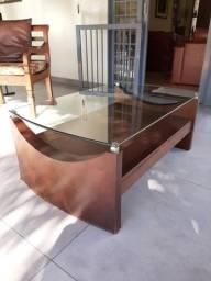 Mesa de centro, de madeira, com tampo de vidro blindado