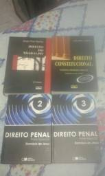 Livros de direito penal, constitucional e direito do trabalho