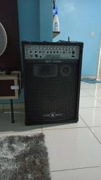 A caixa amplificada MP 3000 da Frahm possui 300 W RMS, é muito potente e eficiente.