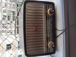Antigo radio de válvula Philips funcionando, caixa de baquelite