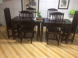 Vendo duas mesas cada uma com quatro cadeiras. E pedra de mármore