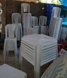 4 jogos de Mesas e cadeiras de plástico (usadas)