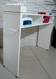 Mesa para Manicure com 1 compartimento para esmaltes.