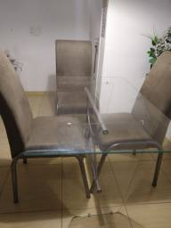 Mesa de 4 cadeira e 1 cabiceira de cama
