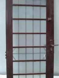 Porta de ferro com vidros e ventarola