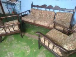 Jogo de sofá de madeira e tapete de couro
