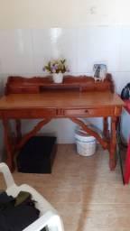 Escrivaninha com cadeira e uma cama de solteiro