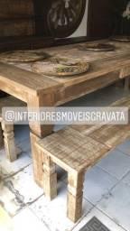 Mesas com bancos de madeira maciça rústica