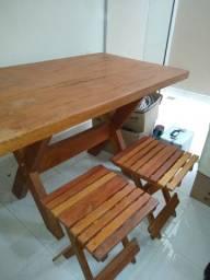 Mesa e banquetas em madeira
