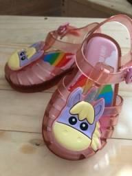 Vende-se sandálias tamanhos 19 e 20 respectivamente