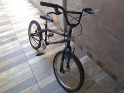 BMX preta com adesivos