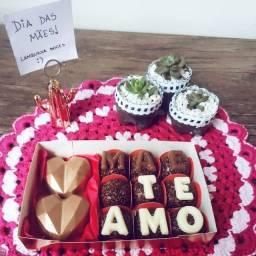 Dia das mães - Caixa com brigadeiros gourmet e corações lapidados recheados