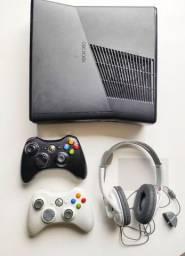 Xbox 360 + 2 controles + fone