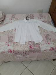 Blusa branca social infantil.