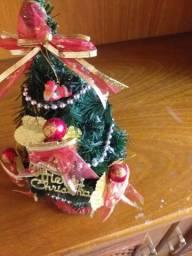 Árvore de Natal pequena com enfeites