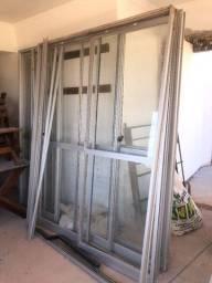 Esquadrias de portas de alumínio com vidros em excelente estado