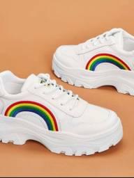Tennis branco com detalhe arco íris
