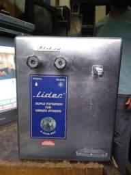 Bebedouro de água gelada com a refrigeração igualmente de uma geladeira