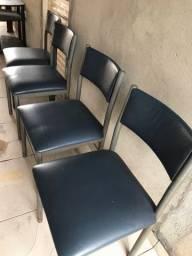 4 cadeiras confortáveis