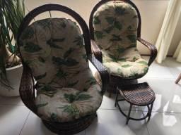 Conjunto de duas cadeiras giratórias usadas, confortáveis e em ótimo estado de conservação