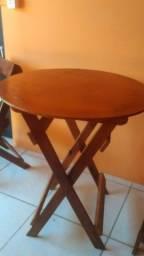 Mesinha redonda feita de madeira