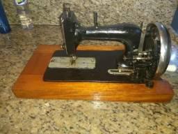 Maquina de costura rara funcionando perfeitamente