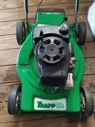 Máquina de cortar grama a gasolina.