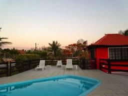 Casa com piscina e churrasqueira