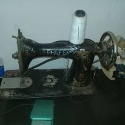 Máquina de costura antiga funcionado