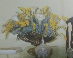 Vaso de flores em ferro dourado