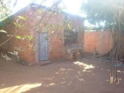 Terreno com uma casa pequena em alvenaria