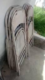 Cadeira de ferro com marca de uso