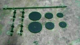 Barras Maciças com presilhas, halteres e anilhas de ferro
