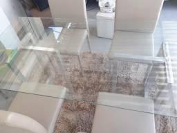 Um conjunto de mesa com vidro temperado de 6 cadeiras.