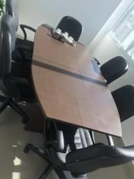 Mesa de reuniao com cadeiras