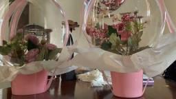 Balão bubble com flores artificiais