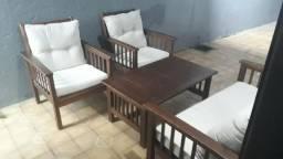 Poltrona, mesa e sofá