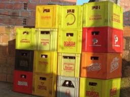 Caixa de cerveja completa com as garrafas vazia